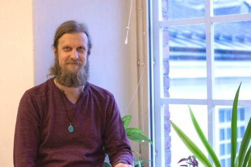 Markus Savander on psykologi, kouluttaja ja henkisen hyvinvoinnin valmentaja. Hän vetää joogatunteja ja erilaisia kursseja Jooga- ja hyvinvointila Kehräämöllä sekä tarjoaa yksilövalmennusta.